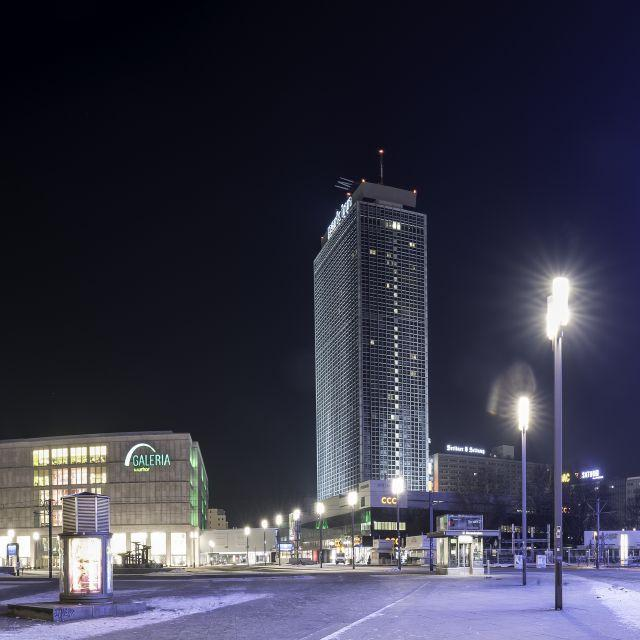 Ausblick auf das Park Inn by Radisson Berlin Hotel Alexanderplaz bei Nacht